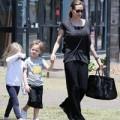 Làng sao - Angelina Jolie đưa các con đi sắm đồ Halloween