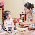 Làm mẹ - Cho cầm đồ chơi khi ăn có hư con?
