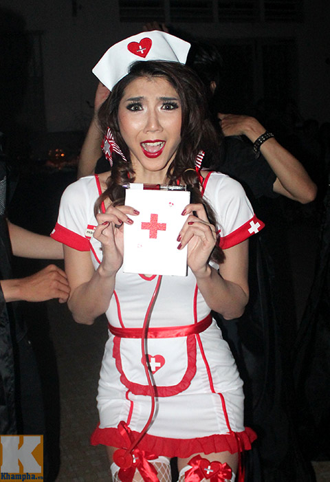 ngọc quyen làm y tá sexy trong dem halloween - 4