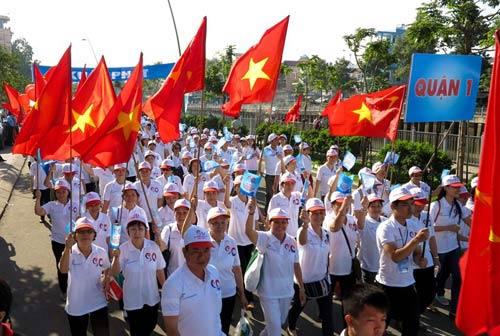 2013 nguoi di bo chao don cong dan thu 90 trieu - 2