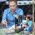 Làng sao - Mỹ Tâm xắn áo nấu ăn cho bà con vùng lũ