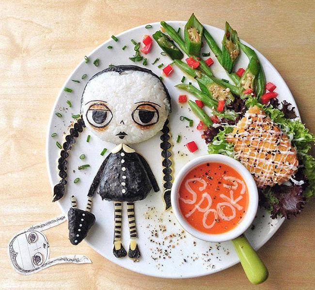 Trang trí món ăn đẹp, sinh động sẽ khiến bé thích thú với việc ăn uống và ăn ngon miệng hơn. Bằng cơm, rong biển, súp, đỗ xanh, đậu bắp, rau diếp, ớt chuông... và sự chăm chút, khéo léo của mẹ mà một đĩa cơm rất đẹp, ngộ nghĩnh đã ra đời. Chắc chắn đĩa cơm này sẽ khiến một bé lười ăn cũng không thể nào cưỡng lại được.  Để làm được những tiểu tiết như cắt rong biển, nén cơm... chị em có thể sử dụng các dụng cụ làm cơm bento (có bán nhiều ở các cửa hàng, shop online bán dụng cụ làm bếp).