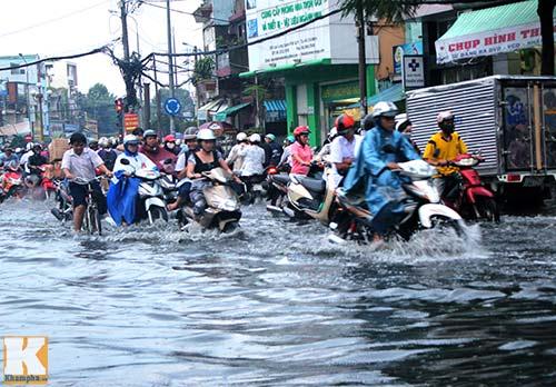 """Mưa lớn, triều cường """"biến"""" Sài Gòn thành sông-1"""