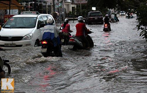 """Mưa lớn, triều cường """"biến"""" Sài Gòn thành sông-10"""