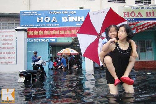 """Mưa lớn, triều cường """"biến"""" Sài Gòn thành sông-3"""