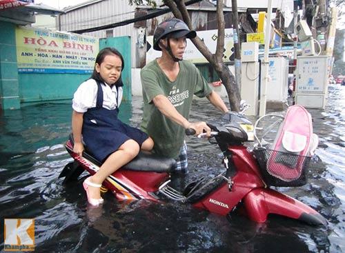 """Mưa lớn, triều cường """"biến"""" Sài Gòn thành sông-4"""