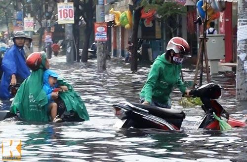 """Mưa lớn, triều cường """"biến"""" Sài Gòn thành sông-5"""