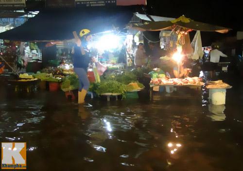 """Mưa lớn, triều cường """"biến"""" Sài Gòn thành sông-7"""