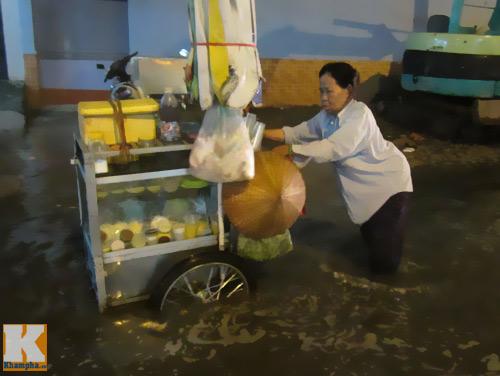 """Mưa lớn, triều cường """"biến"""" Sài Gòn thành sông-8"""