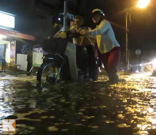 """Mưa lớn, triều cường """"biến"""" Sài Gòn thành sông-9"""