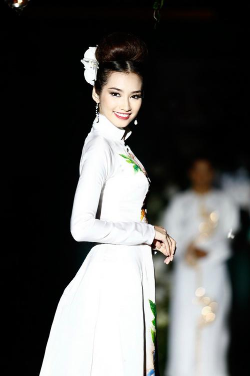 Trúc Diễm được bế như một 'bà hoàng'-8