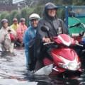 """Tin tức - Mưa lớn, triều cường """"biến"""" Sài Gòn thành sông"""