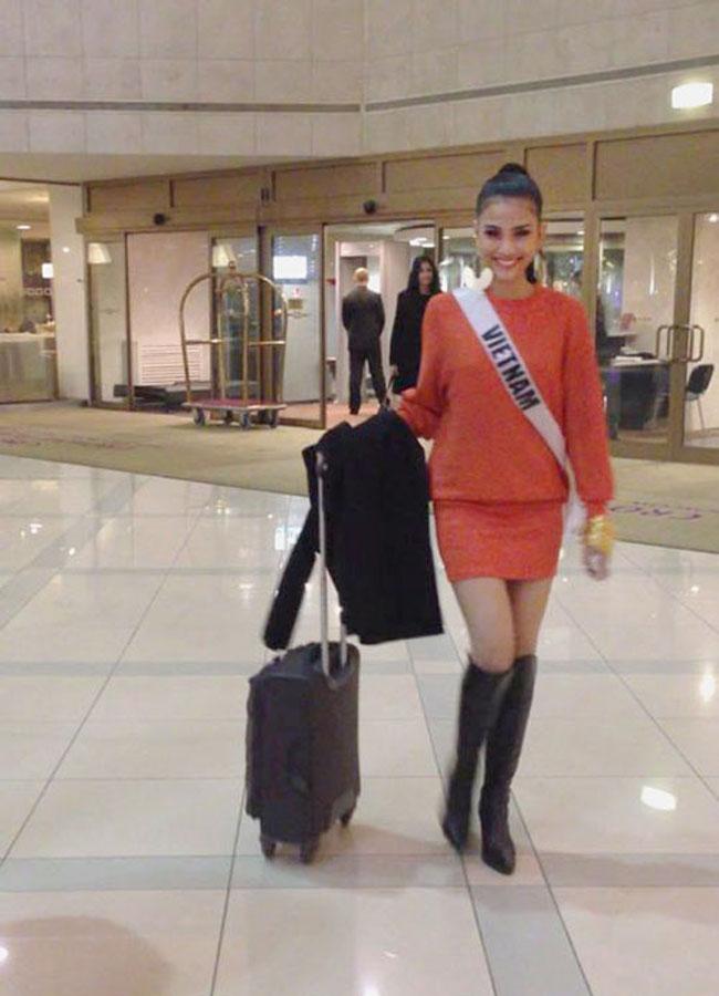Sau những hình ảnh đầu tiên tiên kém ấn tượng, thậm chí style thời trang bị chê 'quê mùa', Trương Thị May dần lấy lại niềm tin với công chúng trong hình ảnh quyến rũ với style màu cam kết hợp boot cổ cao.