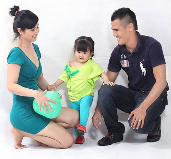 Gia đình hạnh phúc của tuyển thủ Phan Thanh Bình hiện đang là cái tên được nhắc đến rất nhiều thời gian này. Khi cô vợ trẻ của anh - hotgirl một thời Thảo Trang vừa chính thức quay trở lại showbiz để tiếp tục nghiệp người mẫu sau hơn 3 năm 'ở ẩn'.
