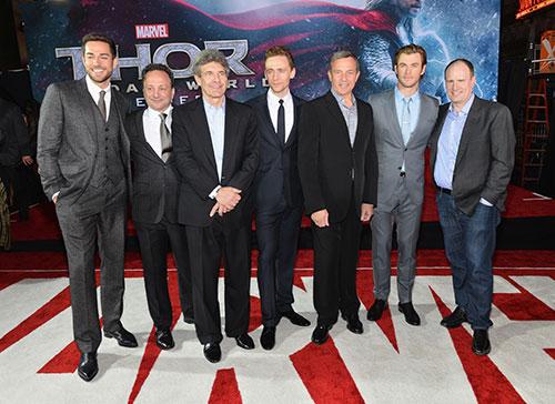 Liam Hemsworth chúc mừng anh trai ra mắt Thor 2-11