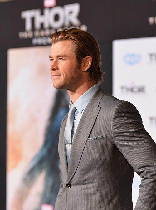 Liam Hemsworth chúc mừng anh trai ra mắt Thor 2-6