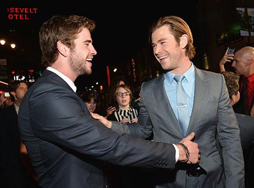 Liam Hemsworth chúc mừng anh trai ra mắt Thor 2-7