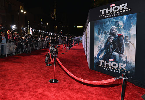 Liam Hemsworth chúc mừng anh trai ra mắt Thor 2-1
