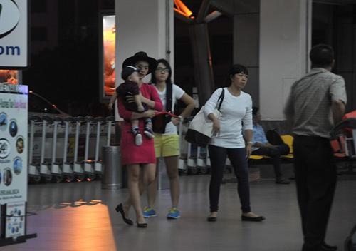 Mẹ con Diệp Bảo Ngọc nổi bật ở sân bay - 1
