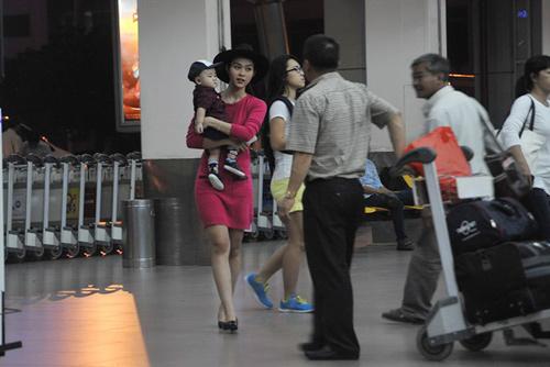 Mẹ con Diệp Bảo Ngọc nổi bật ở sân bay - 2