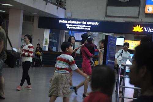 Mẹ con Diệp Bảo Ngọc nổi bật ở sân bay - 3