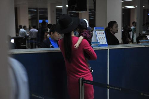 Mẹ con Diệp Bảo Ngọc nổi bật ở sân bay - 4