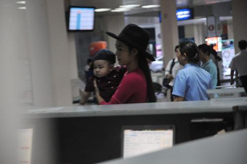 Mẹ con Diệp Bảo Ngọc nổi bật ở sân bay - 5