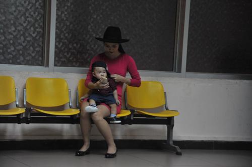 Mẹ con Diệp Bảo Ngọc nổi bật ở sân bay - 8