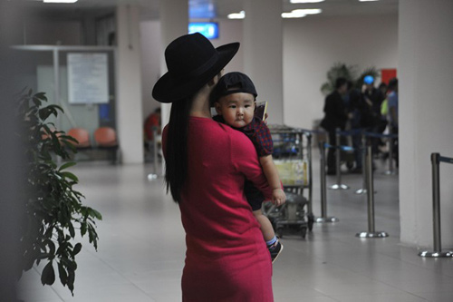 Mẹ con Diệp Bảo Ngọc nổi bật ở sân bay - 9