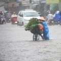 Sáng sớm người Sài Gòn đội mưa, lội nước đi làm