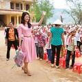 Làng sao - HH Trần Thị Quỳnh trao quà cho bà con miền Trung