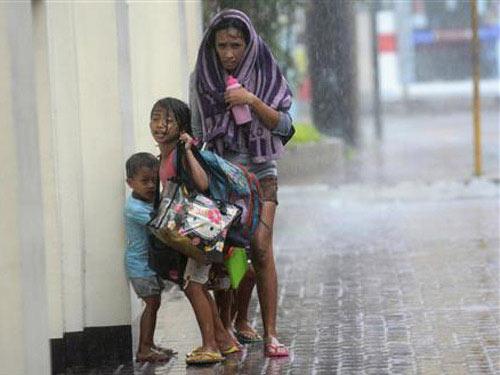 Bão Haiyan: Hơn 100 thi thể nằm trên đường phố - 1