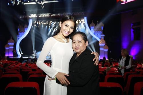 Mẹ Trương Thị May cổ vũ con gái tổng duyệt-1