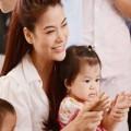 Làng sao - Trương Ngọc Ánh giản dị chăm sóc trẻ em nhỏ