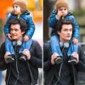 Làng sao - Vắng mẹ, Flynn đi chơi phố cùng bố và ông nội