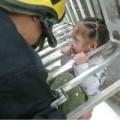 Tin tức - TQ: Bé 3 tuổi lọt chấn song sắt, lơ lửng giữa trời