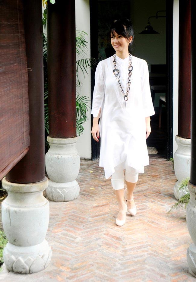 Sinh năm 1970, nhưng nụ cười duyên rất riêng của Hồng Nhung khiến cho tuổi 43 của cô phai nhạt trong con mắt mọi người. Cũng vì thế mà Hồng Nhung nằm trong số những người đẹp nổi tiếng sở hữu vẻ đẹp không tuổi của showbiz Việt.  Hiện nay, Hồng Nhung đã là mẹ của hai đứa con nhỏ rất đáng yêu. Gia đình cô cũng chuyển từ ngôi nhà cũ ở quận 3 sang ngôi nhà mới ở quận 2. Giống với ngôi nhà cũ, ngôi nhà mới của Bống được nhạc sĩ Dương Thụ tham gia tư vấn và thiết kế.