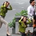 Làng sao - Bạn trai hờ hững với Trang Nhung trên phố