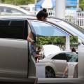 Làng sao - Vợ chồng Lệ Quyên lái xế bạc tỷ ra sân bay