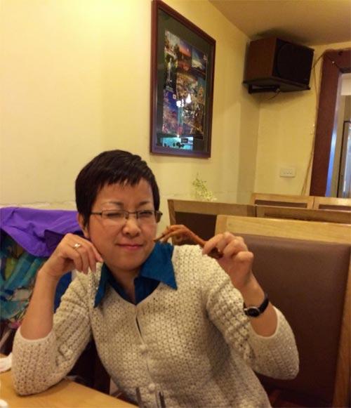 hh huong giang ''tron con'' dap xe o campuchia - 16
