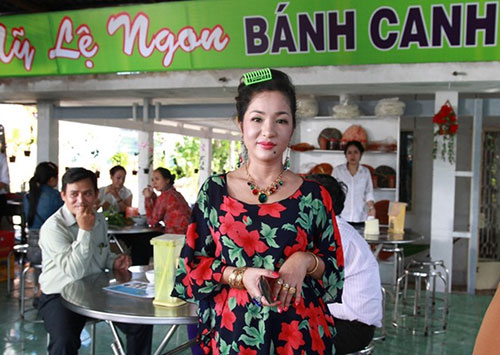 thuy nga ban banh canh nuoi phuong my chi an hoc - 1