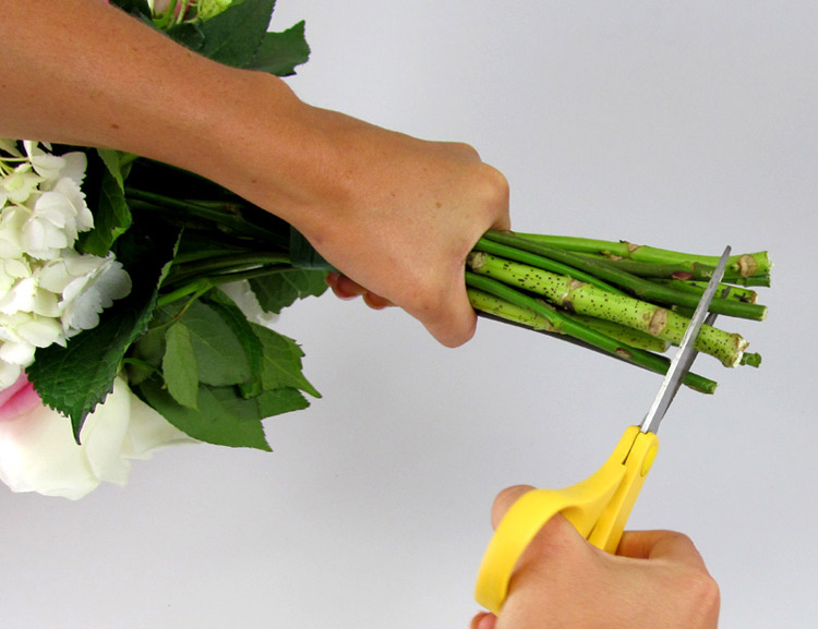 Hướng dẫn cách bó hoa cưới đơn giản từ cẩm tú cầu và hoa hồng bước 3