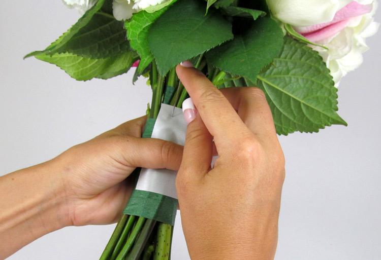 Hướng dẫn cách bó hoa cưới đơn giản từ cẩm tú cầu và hoa hồng bước 5