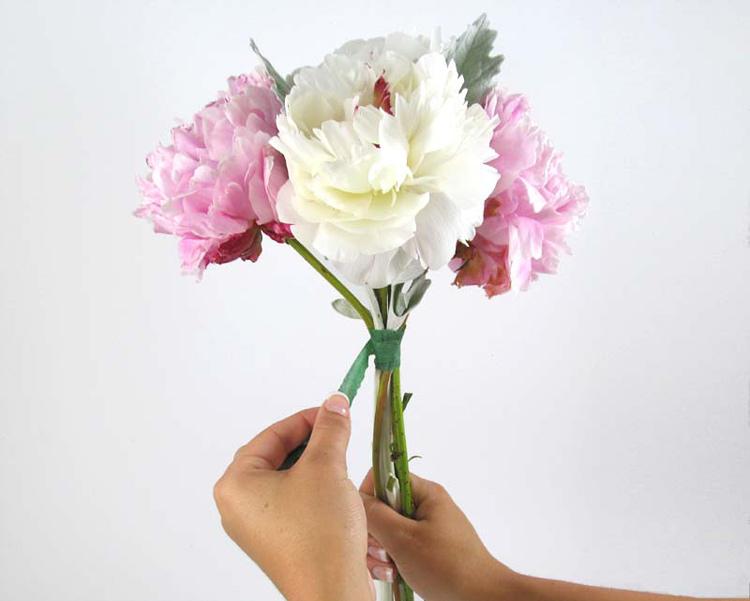 Hướng dẫn cách bó hoa cầm tay cô dâu bằng hoa mẫu đơn bước 1