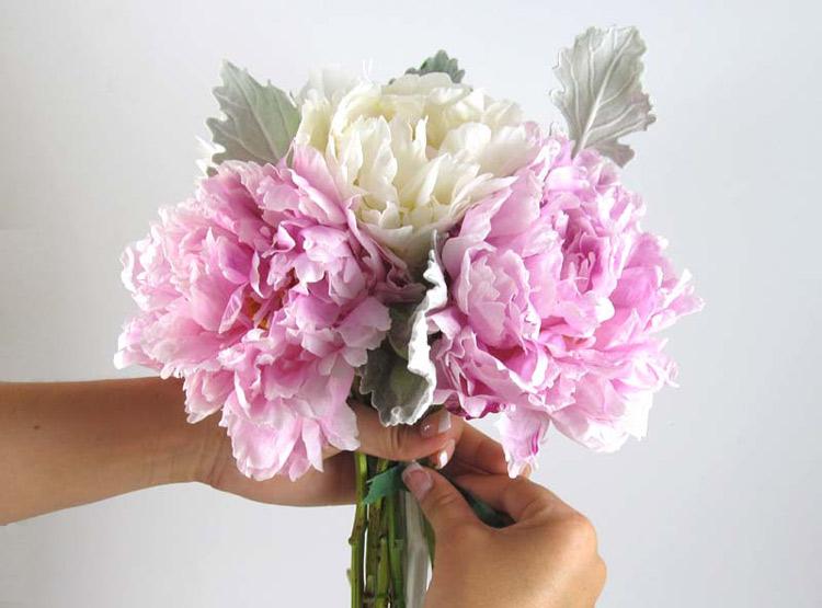 Hướng dẫn cách bó hoa cầm tay cô dâu bằng hoa mẫu đơn bước 2