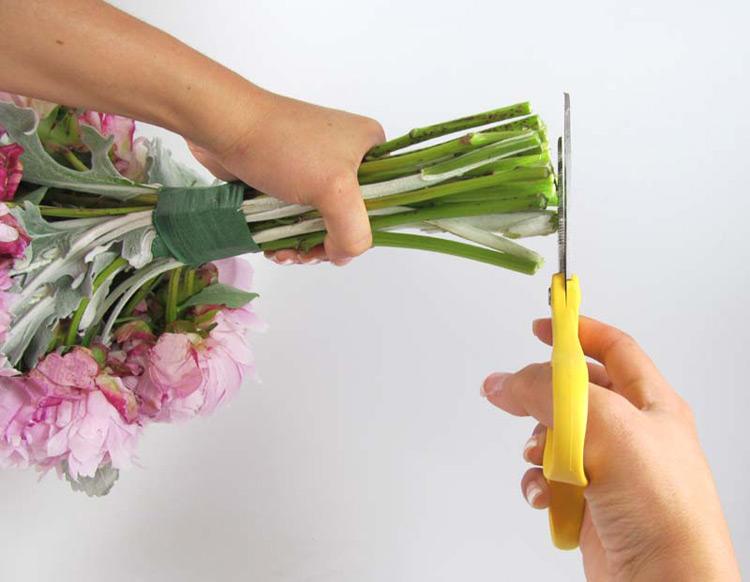 Hướng dẫn cách bó hoa cầm tay cô dâu bằng hoa mẫu đơn bước 3