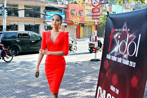 truong thi may ruc ro di lam giam khao - 2