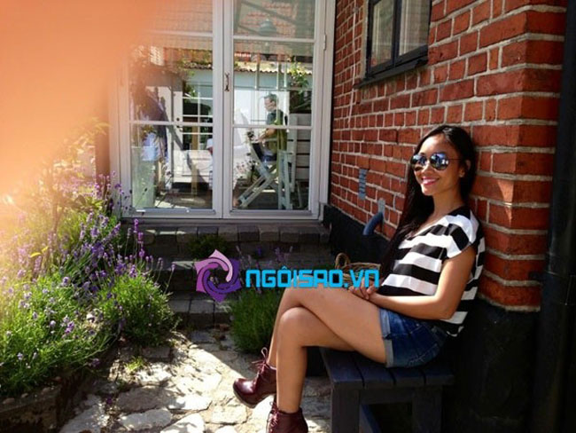 Mấy tháng trước đây, Đoan Trang từng khoe hình ảnh ngôi nhà của gia đình chồng cô ở Thụy Điển. Ngôi nhà xinh đẹp với nhiều cửa kính và hoa cỏ bao quanh.