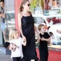Làng sao - Angelina Jolie đưa hai con sinh đôi đi dạo phố