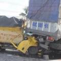 Tin tức - 4 xe tải đâm liên hoàn, phụ xe chết trong cabin